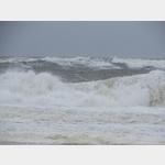 hohe Wellen am  Strand von Wenningstedt