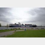 Eines der größten Containerschiffe verlässt Hamburg