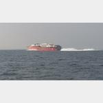 Die Hurtigfähre nach Norwegen, wirft ganz schön Wasser auf