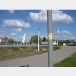 Der WOMO-Aufkleber am Lampenmast am Stellplatz mit Blick zum Hafen